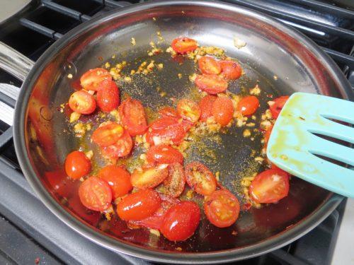 Помидоры с чесноком на сковороде