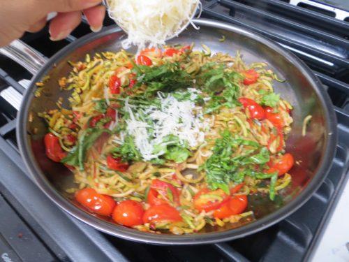 Спагетти из кабачков с сыром и помидорами