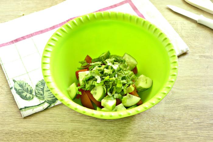 Нарезанные овощи и свежая зелень