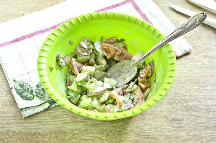 Салат с майонезом из редиса и свежих овощей фото