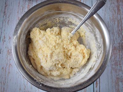 Замешанное тесто для пышек
