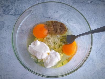 Смешать яйца, сметану и специи