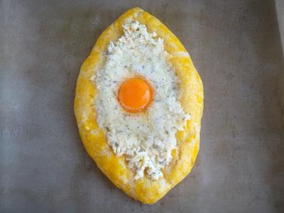 Пирожок с начинкой из сыра и яйца
