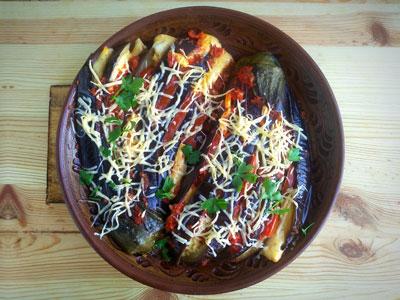 Баклажаны веером с сыром и помидорами