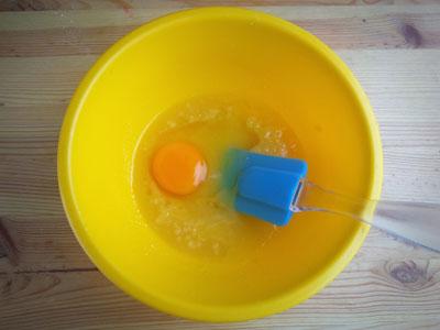 Размешать взбитый сахар с яйцом