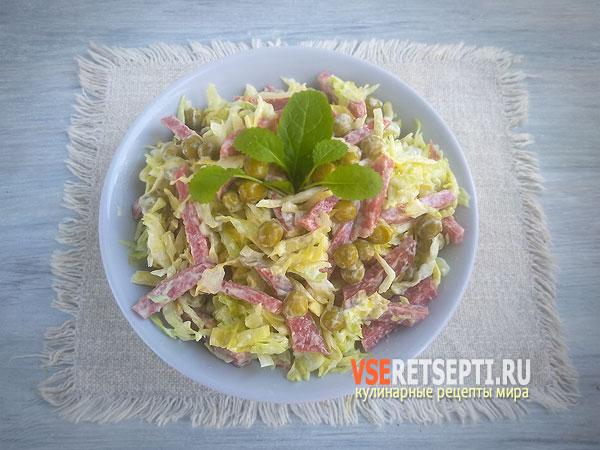 Простой салат с капустой с колбасой и горошком фото