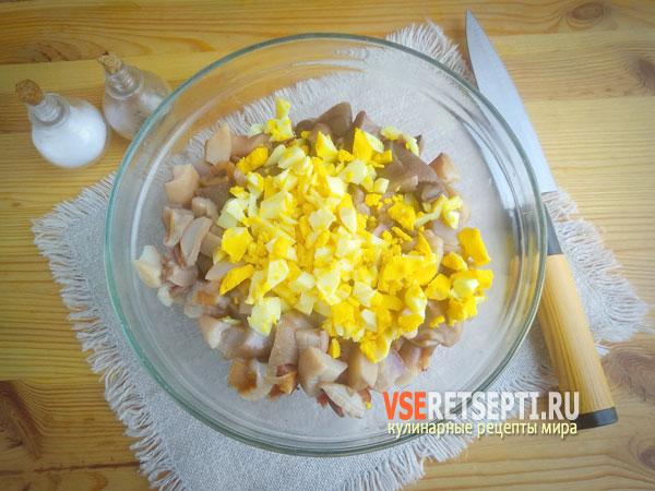 Измельченные яйца с грибами