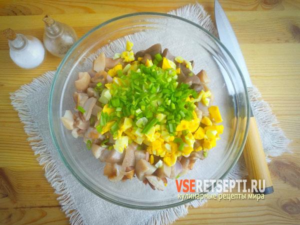 Зелень, яйца и грибы в миске