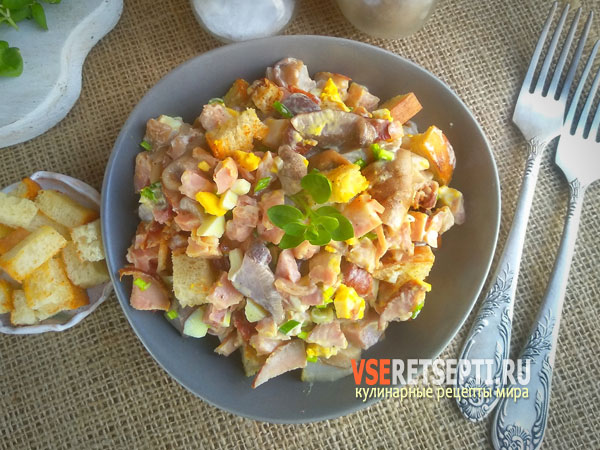 Салат из копченой курицы с грибами и сухариками